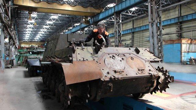 ИСУ-152 в цехе Омского танкового завода