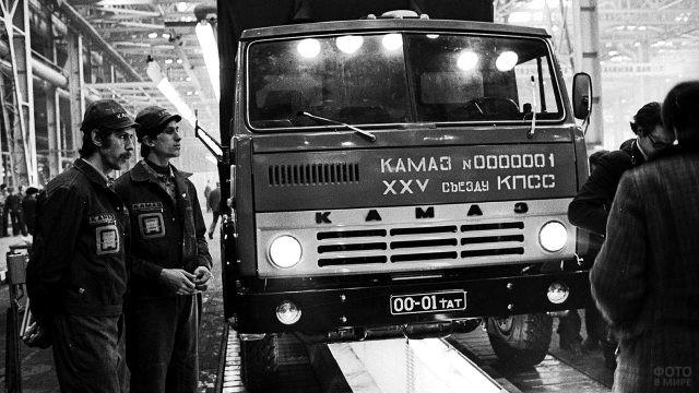 Первый грузовик КаМАЗ сходит с конвейера, 1976