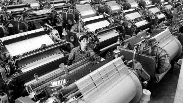 Сотрудница советской ткацкой фабрики за работой