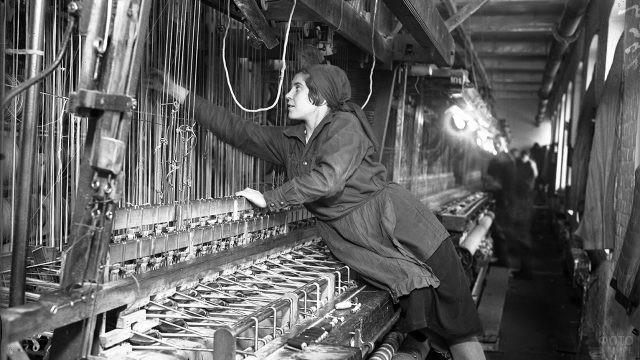 Советская труженица во время работы в цеху, 1935
