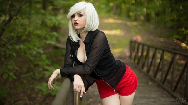 Блондинка в красных шортах
