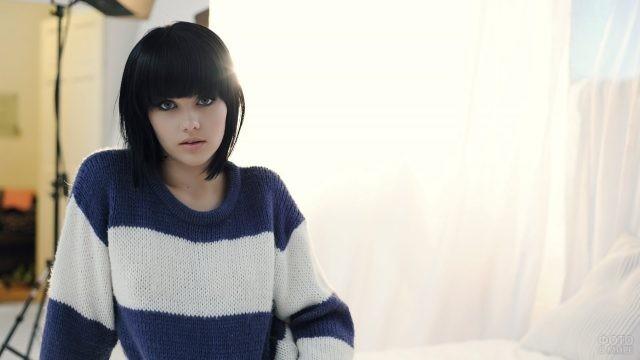 Брюнетка в полосатом свитере