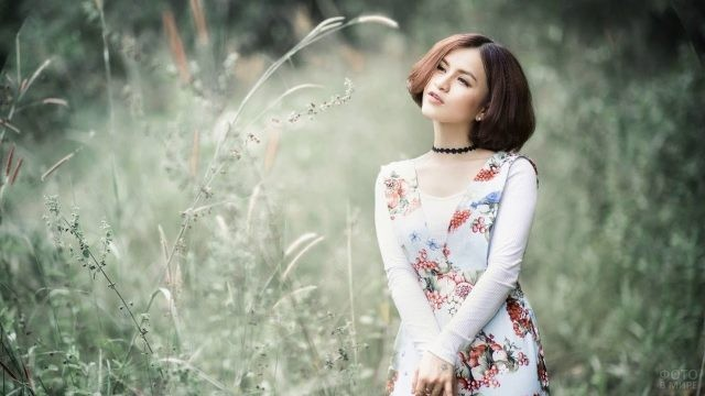 Девушка на природе с чокером на шее