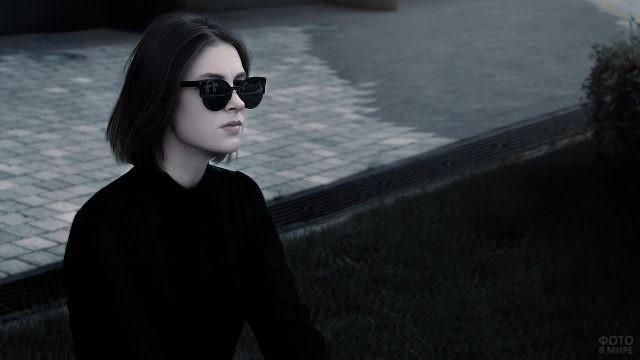 Девушка с чёрными волосами в тёмных очках