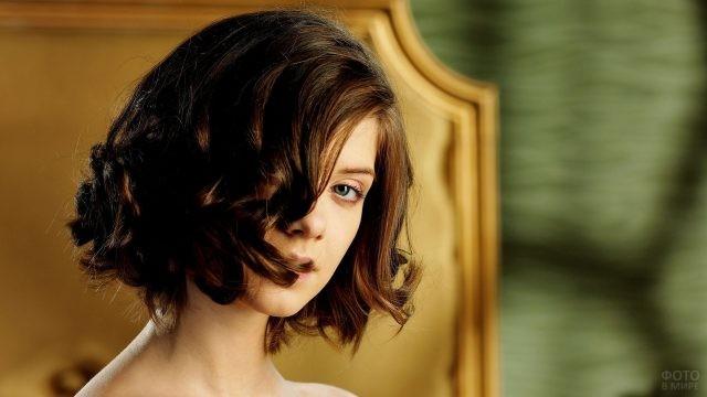 Девушка с причёской каре на вьющиеся волосы