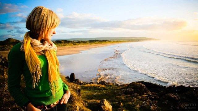 Девушка смотрит на море