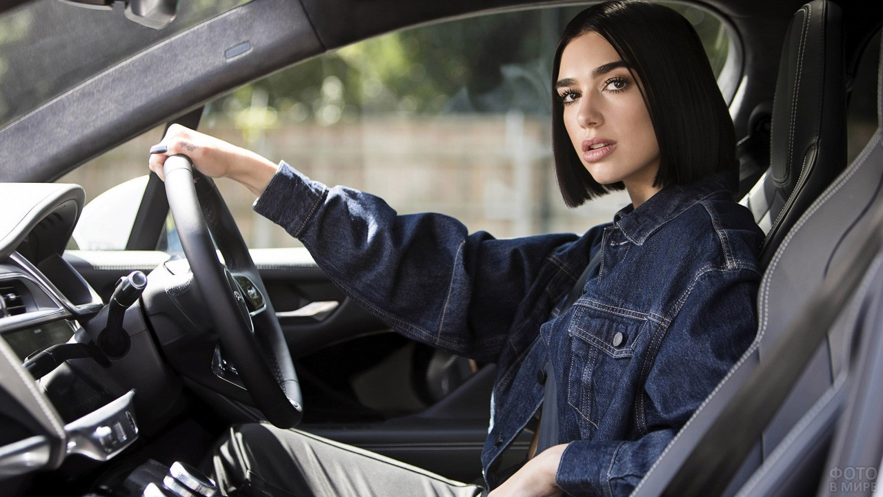 Девушка в машине за рулём