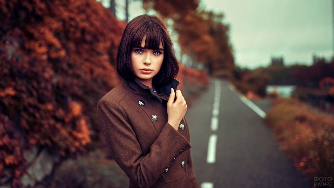 Девушка в пальто на осенней дороге