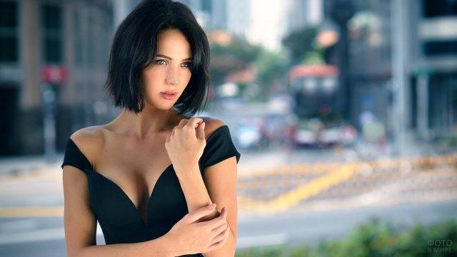Красивая брюнетка в тёмном платье