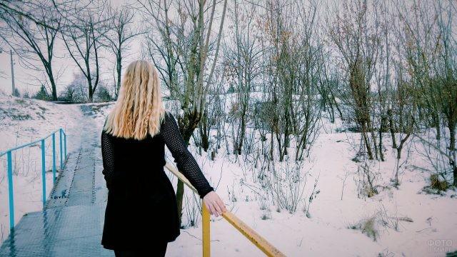 Блондинка на мосту зимой