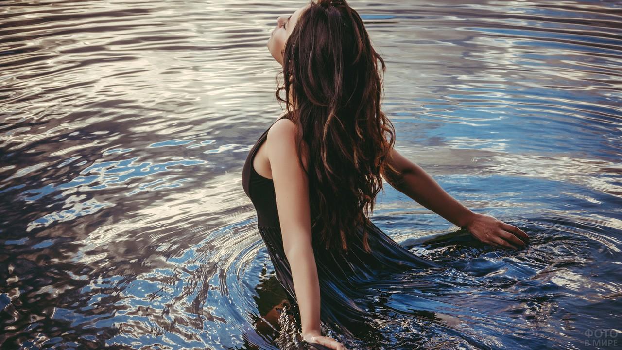 Девушка по пояс в воде