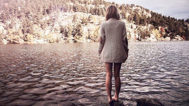 Девушка стоит в воде