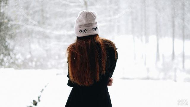 Девушка в шапочке на зимней прогулке