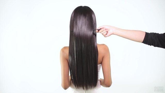 Девушке делают причёску