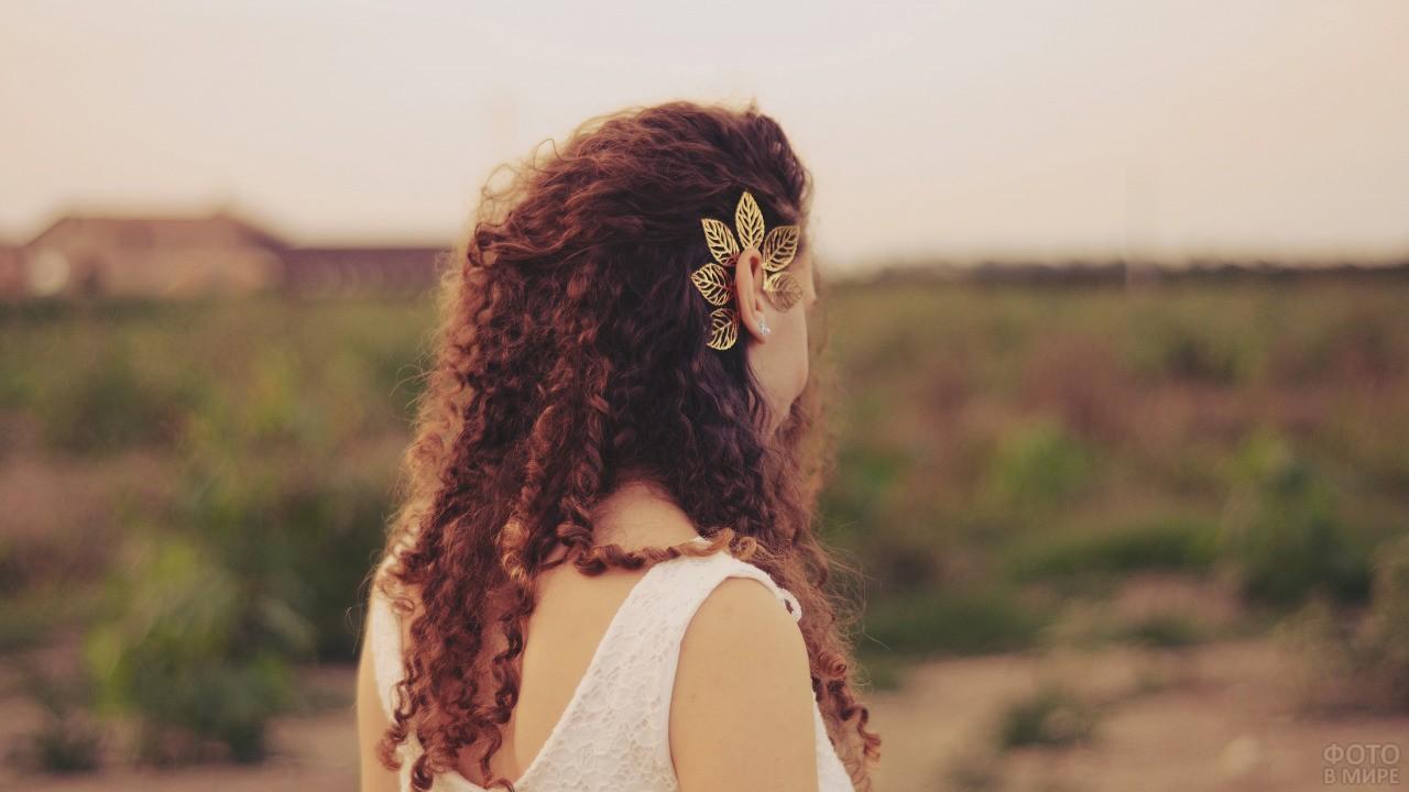 Кудрявая девушка в поле