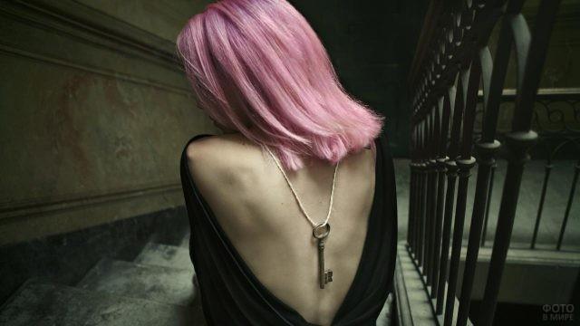 Розоволосая девушка с ключом на спине