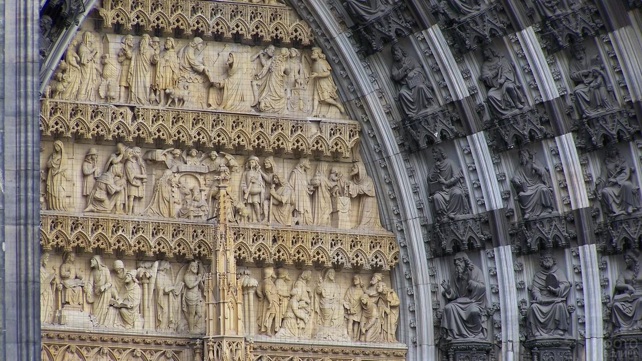 Фигуры на портале собора