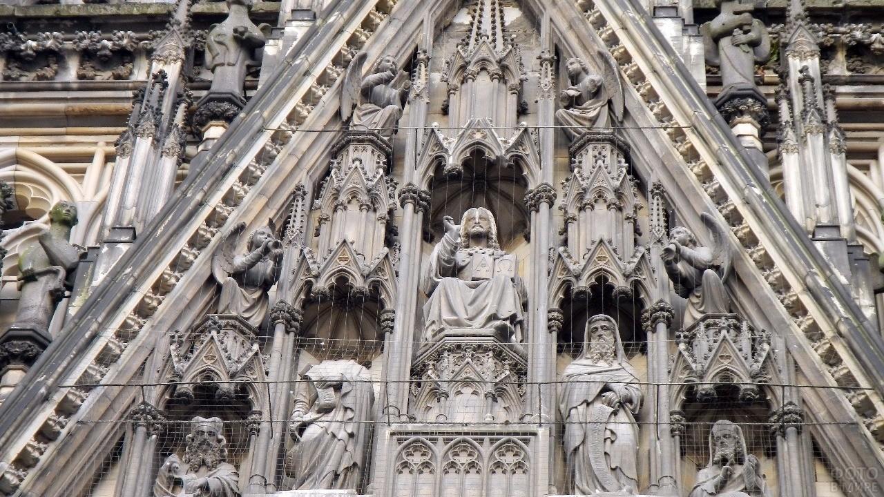 Фигуры на треугольном фронтоне