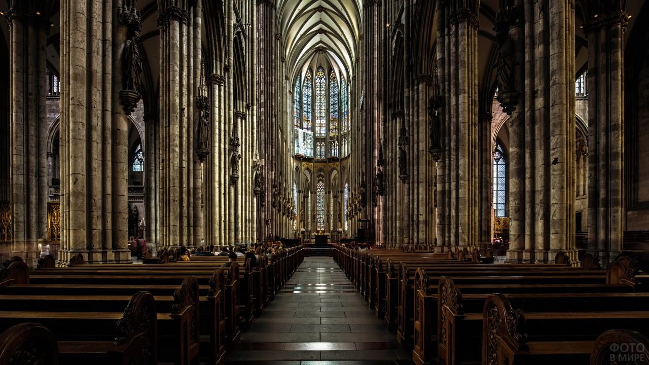 Зал в католической церкви