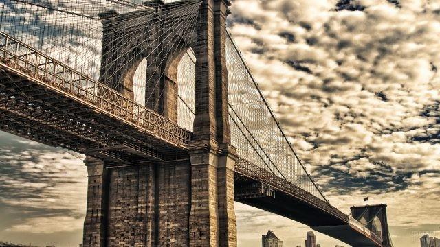Бруклинский мост на фоне неба