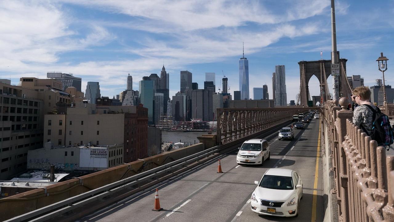 Машины едут по мосту
