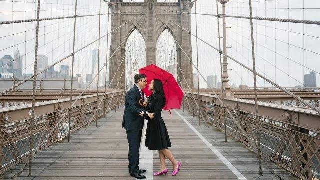 Парочка под красным зонтом