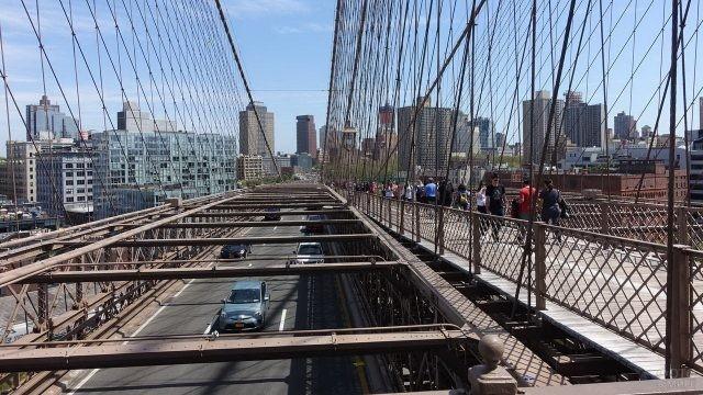 Пешеходная и автомобильная дороги на мосту