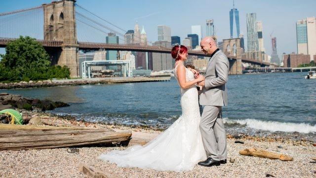 Жених и невеста на берегу на фоне бруклинского моста