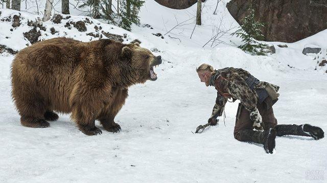 Медведь рычит на человека