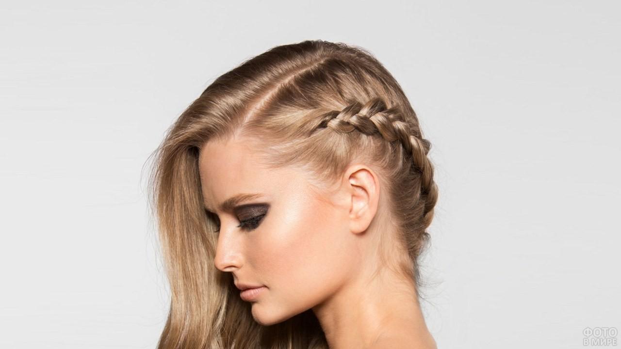 Девушка с длинными волосами и косичкой вокруг головы