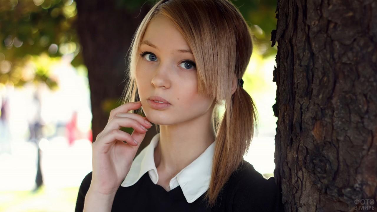 Девушка с хвостиками и удлинённой чёлкой
