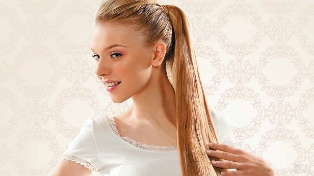 Девушка с причёской конский хвост