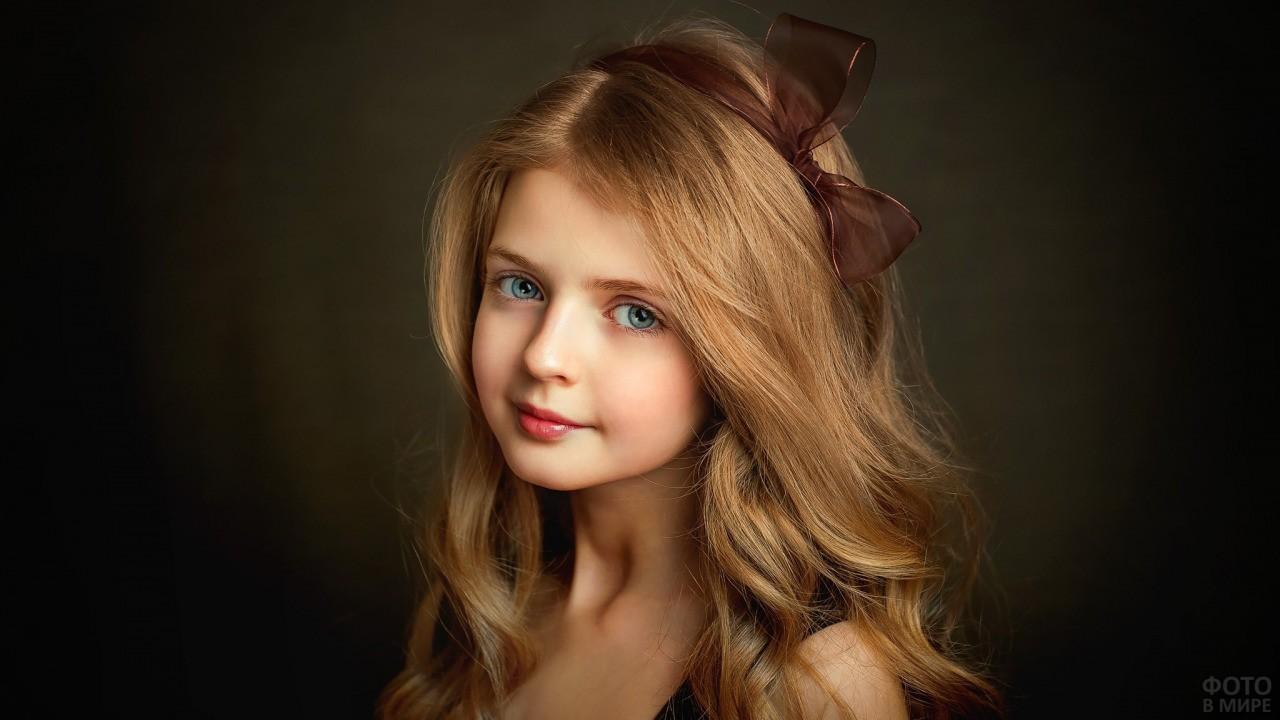 Русоволосая красавица с бантиком на волосах
