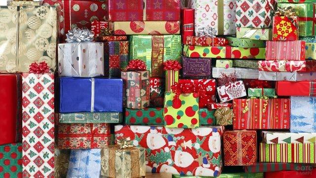 Аккуратная гора новогодних подарков в пёстрых упаковках