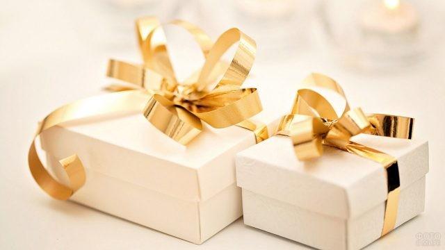 Белые подарочные коробочки с золотыми ленточками