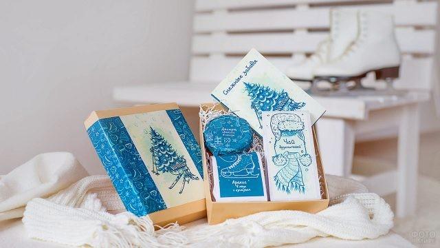 Корпоративный новогодний подарок в упаковке из крафта с голубым узором на фоне коньков