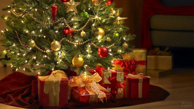 Красиво оформленные коробки с подарками под новогодней ёлкой