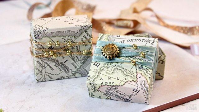 Оригинальная упаковка новогодних подарков в карты с золотым декором