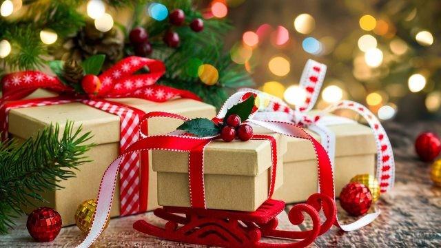 Подарки в крафтовых коробках с яркими лентами под новогодней ёлкой