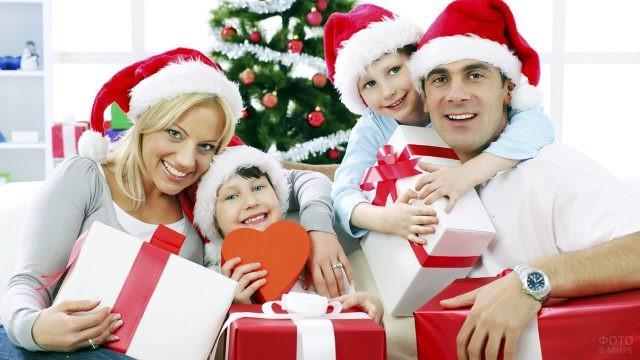 Семья с новогодними подарками