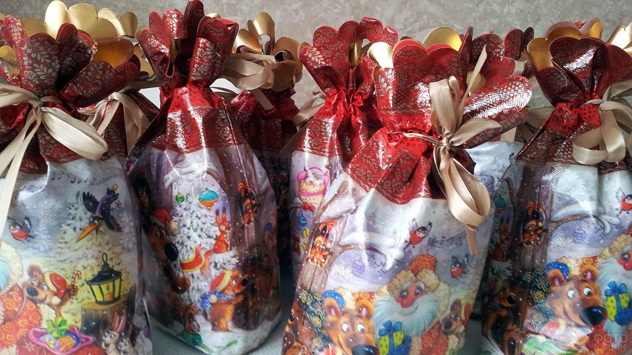 Сладкие новогодние подарки в красочных пакетах с бантиками