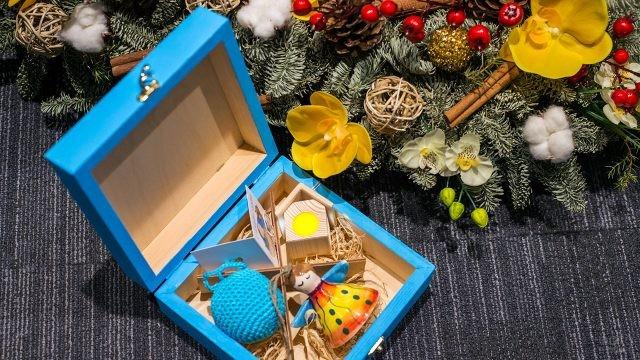 Сувениры к Новому году в деревянной коробочке под ёлкой