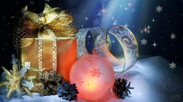 Золотой новогодний подарок на сказочном зимнем фоне