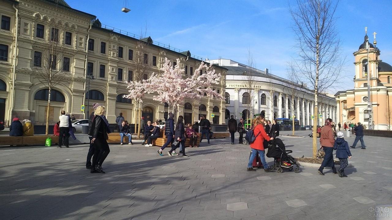 Люди на Театральной площади