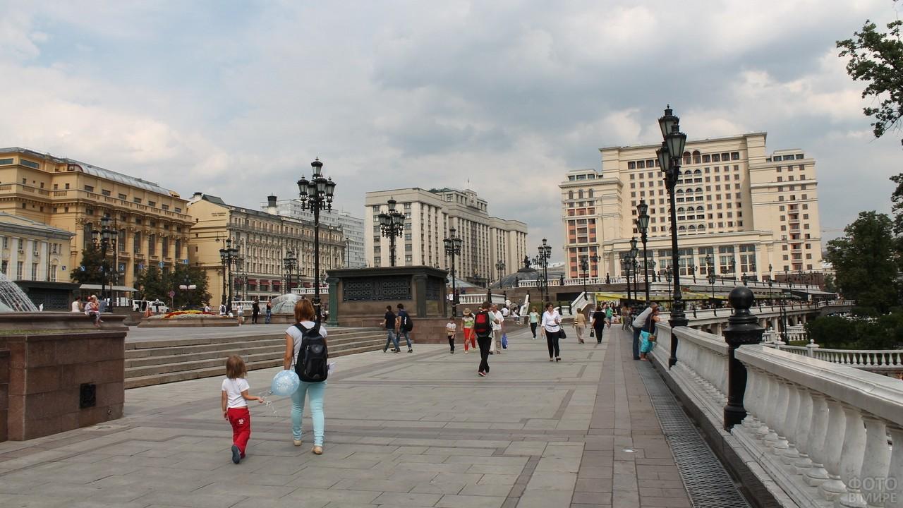 Люди прогуливаются на площади
