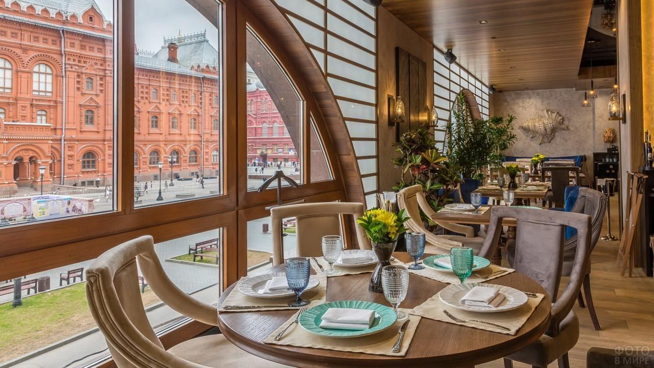 Столик у окна в ресторане