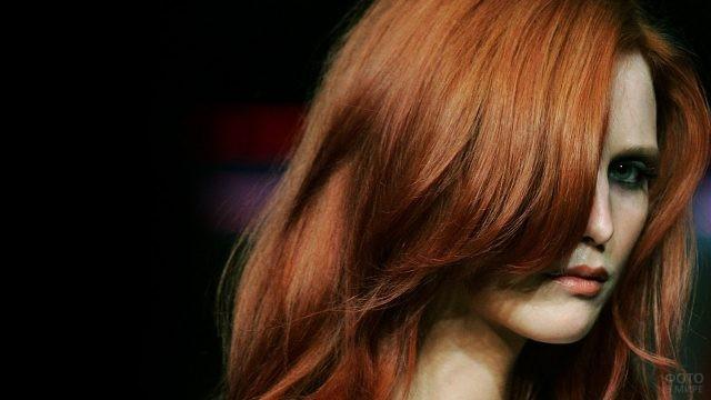 Девушка с длинной рыжей чёлкой