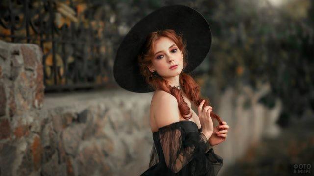 Девушка с рыжими локонами