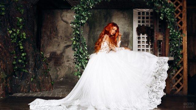 Невеста с волнистыми рыжими волосами