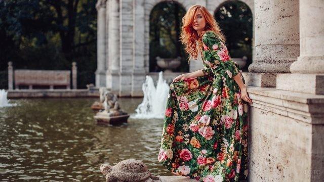 Рыжая девушка с локонами и длинной чёлкой